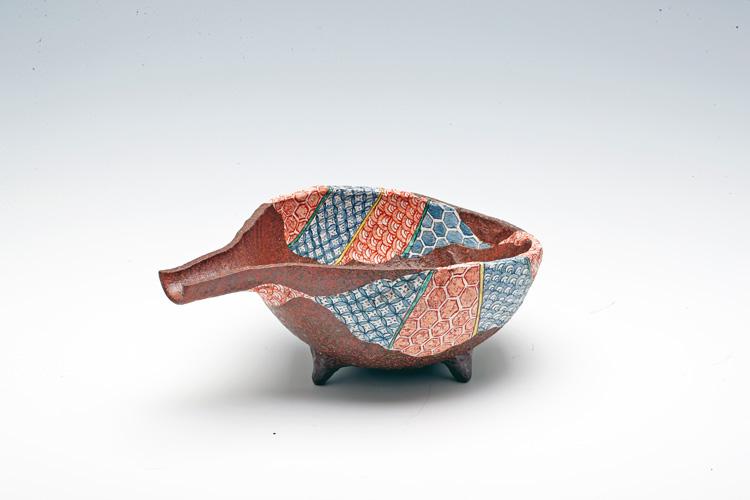Pottery bowl having a fine pattern
